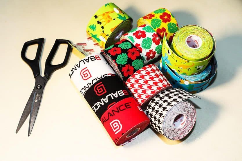 Рулоны дизайнерских кинезио тейпов BBTape разных цветов.